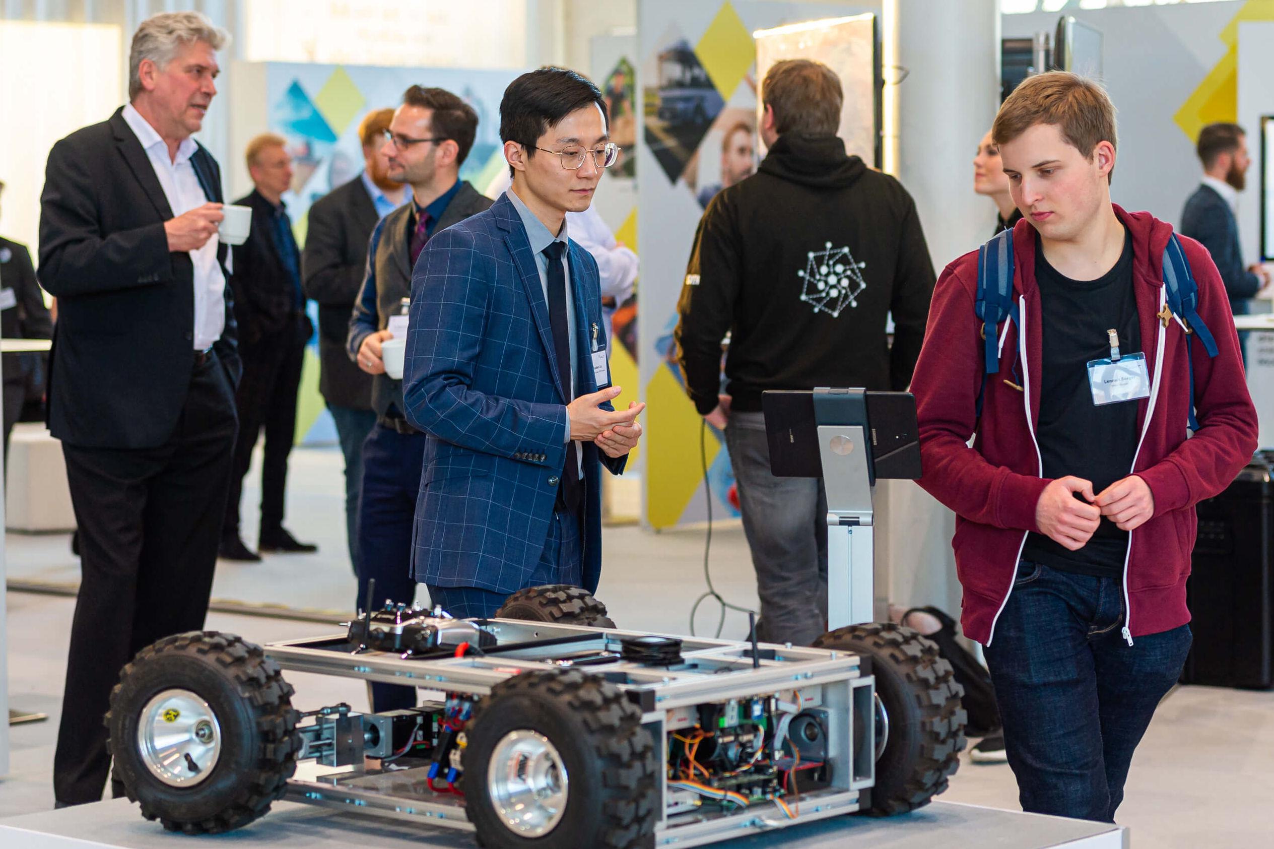Junge Menschen schauen sich neue Technologien im Bereich Mobilität an.