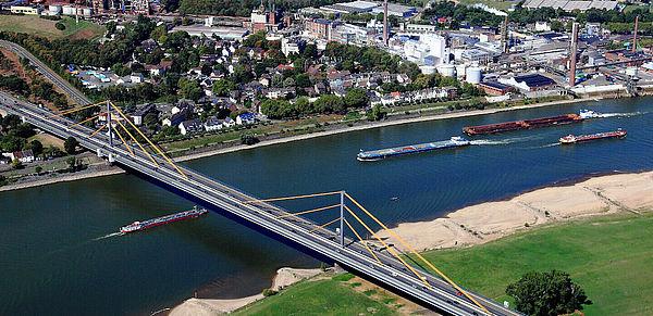 Man sieht eine Brücke, die über den Rhein führt.